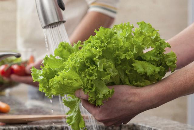 Không nên rửa rau trước khi đưa bảo quản rau trong tủ lạnh.