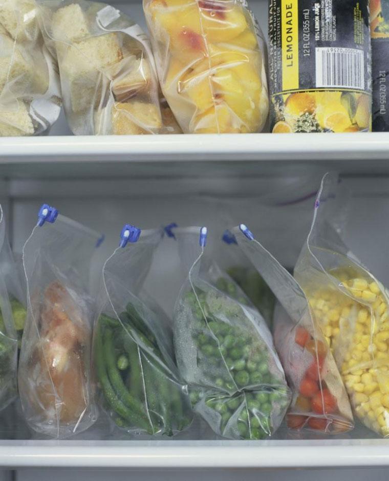 Cho rau vào túi ni long hoặc hộp nhựa trước khi bảo quản rau trong tủ lạnh